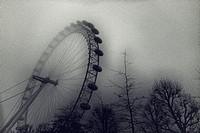 The London Eye, una mañana de niebla con arboles en primer plano.Lambeth, Londres, UK, Europa.