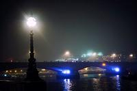 Puente con gente andando y trafico al atardecer noche con las luces encendidas. River Thames, Waterloo Bridge, London, UK, Europa.