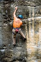 Hombre escalando en el embalse de la Pedrezuela, Sierra de los Alcores, Madrid, Spain.
