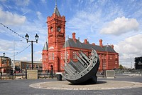 Cardiff Bay Bae Caerdydd, Glamorgan, South Wales, UK, Europe  Merchant seamen´s war memorial and Pierhead building on the waterfront