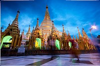 Shwedagon Pagoda, Yangon´s greatest temple, by dusk