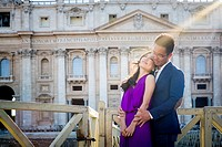 Couple in front of Saint Peter´s basilica. Vatican, Rome, Italy.