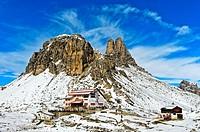 Dreizinnenhütte, Rifugio Locatelli hut, in front of the snow-covered peak Sextener Stein and Tower of Toblin, Torre di Toblin, Sesto Dolomites, South ...
