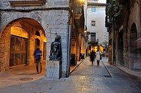 sculpture by Fidel Aguilar (1894-1917), Carrer dels Mercaders, Girona, Catalonia, Spain, Europe.