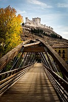 Footbridge over the Duratón river at the foot of the castle of Peñafiel and at the beginning of the walk to Pesquera de Duero. Ribera del Duero. Provi...