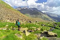 escursionista frente al pico Posets, 3371 mts, Valle de Añes Cruces, parque natural Posets-Maladeta, Huesca, cordillera de los Pirineos, Spain.