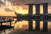 Sunrise in Singapore with a beautiful view of the Marina Bay Sands, Modern Art Museum and other iconic buildings.
