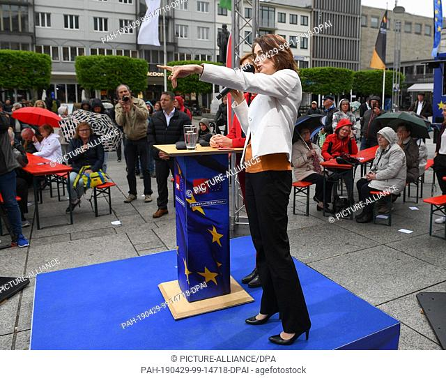 29 April 2019, Rhineland-Palatinate, Mainz: Katarina Barley (front), leading candidate of the SPD in the European elections, and Malu Dreyer (SPD, concealed)