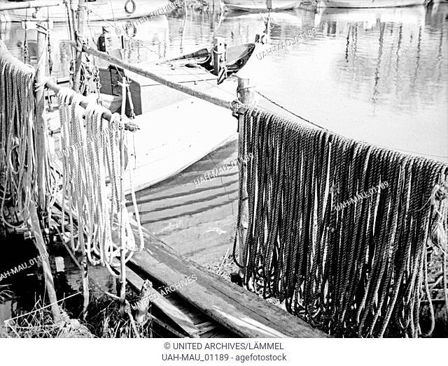 Tauwerk in einem kleinen Hafen in Ostpreußen, 1930er Jahre. Hemp rope and its shadows at a little harbor in East Prussia, 1930s