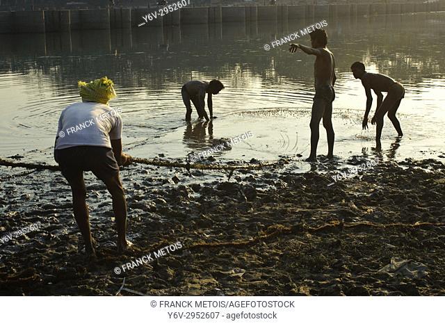 Fishermen fishing in the Hasdeo river ( Chhattisgarh state, India)
