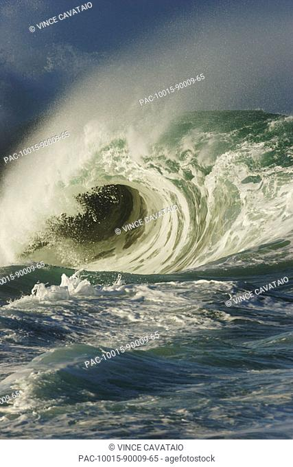 Hawaii, Oahu, North Shore, Waimea Bay, Wild and crashing shorebreak