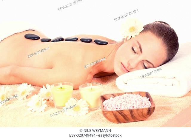 junge attraktve frau bekommt eine hot stone massage