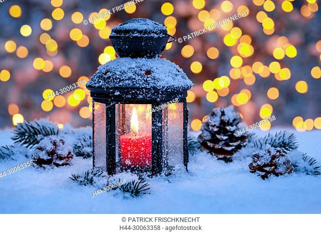 Laterne mit Weihnachtsdekoration im Freien
