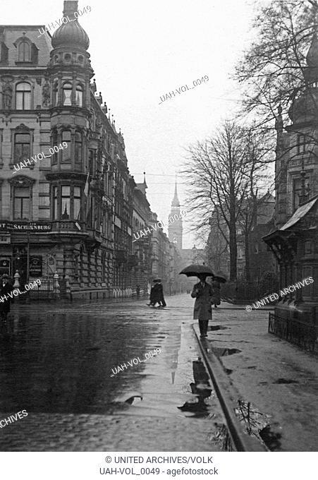 Die Ecke Sachsenring und Metzerstraße in Köln während eines Regenschauers, Deutschland 1920er Jahre. The corner of Sachsenring and Metzerstrasse street at...