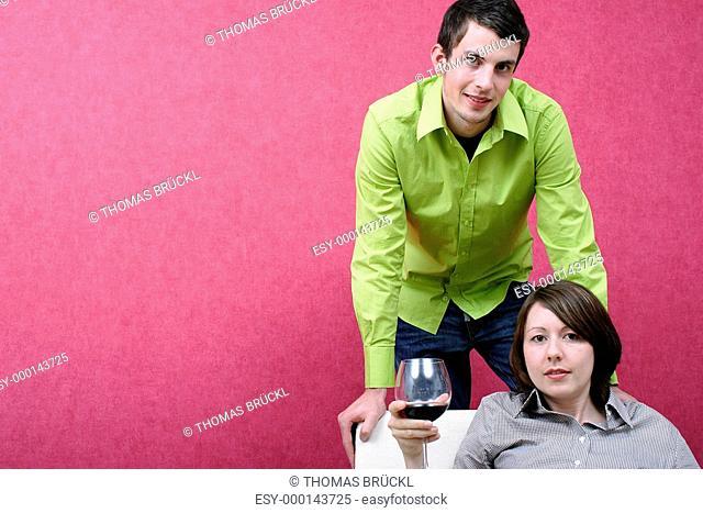 Junge Frau trinkt ein Glas Wein