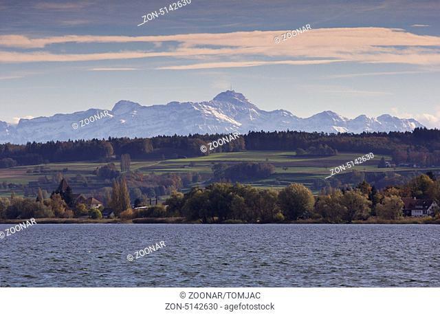 Bodensee mit Blick auf die Alpengebirge und Landschaft