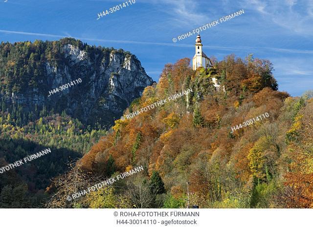 das Pankrazkircherl hoch über Bad Reichenhall im farbenfrohen Herbst
