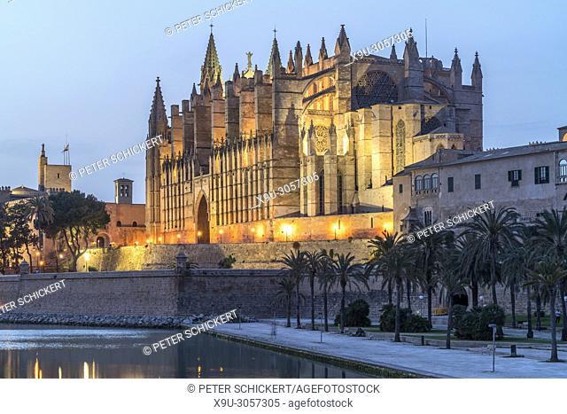 Cathedral La Seu at dusk, Palma de Mallorca, Majorca, Balearic Islands, Spain,