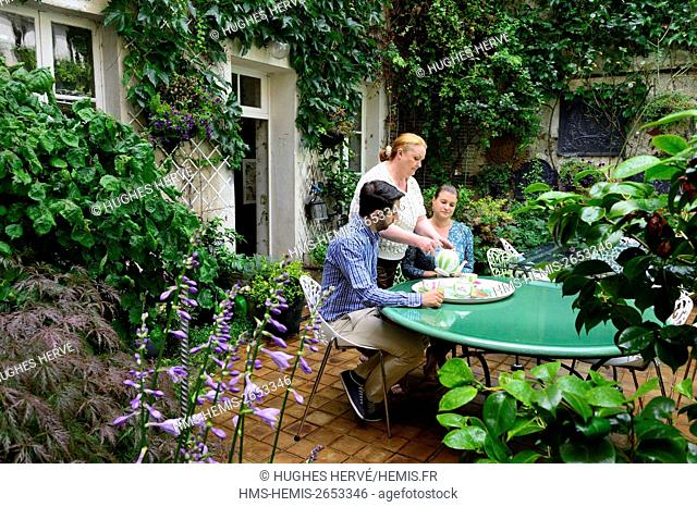 France, Aisne, Chateau Thierry, Le Jardin des Fables bead and breakfast, tea time in the garden