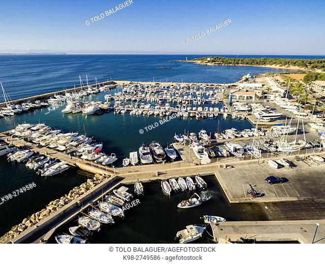 Club Nautico S'Estanyol, con el Faro de S'Estalella al fondo, llucmajor, Majorca, Balearic Islands, Spain