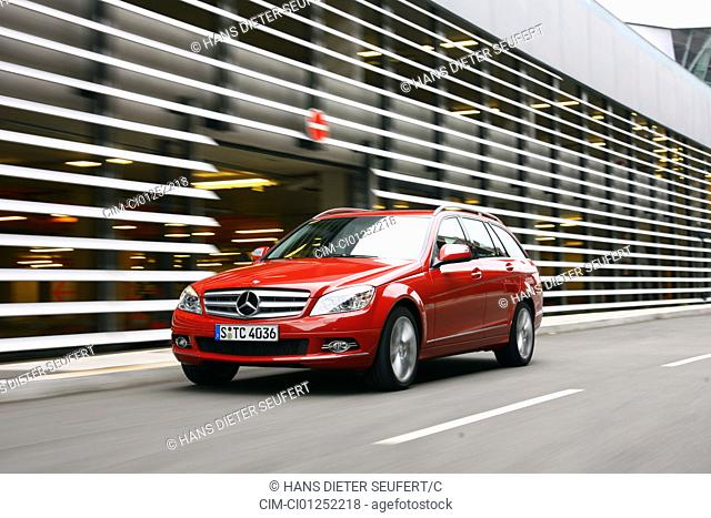 Mercedes C 320 CDI T Avantgarde, model year 2007-, red, driving, diagonal from the front, frontal view, City