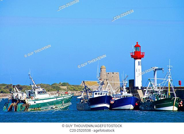 Fort and Tatihou Lighthouse, with fishing boats, Saint Vast la Hougue, Val de Saire, near Cherbourg, Cotentin, 50, Normandy France