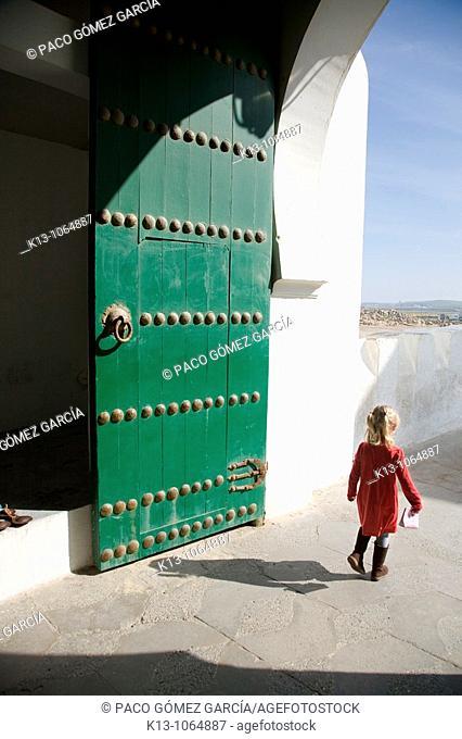 Niña jugando en las calles de Assilah  Marruecos