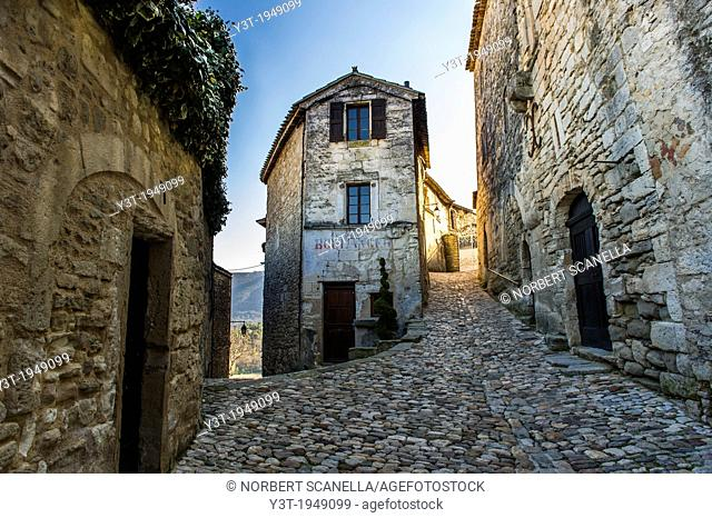 Europe, France, Vaucluse, Luberon. Alleyway in the perched village of Lacoste