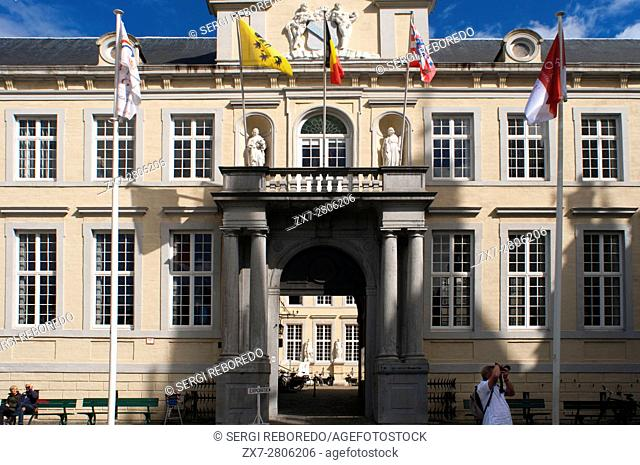 The Chambers (or Oude Griffie) is a smaller building, located left of the City Hall. Its renaissance facade dates back to the 16th century