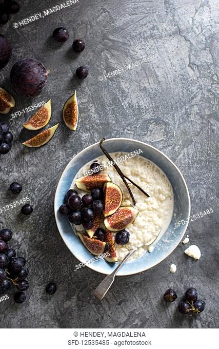 Rice pudding with figs, grapes and honey