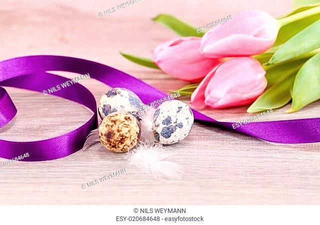 Festliche traditionelle Oster Dekoration mit Wachtel Eiern tulpe