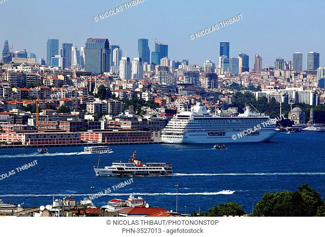 Turkey, Istanbul, municipality of Fatih, the Bosphorus and the modern city (district of Beyoglu)