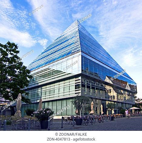 Stadtbibliothek zwischen Alt und Neu beim historischen Rathaus Ulm