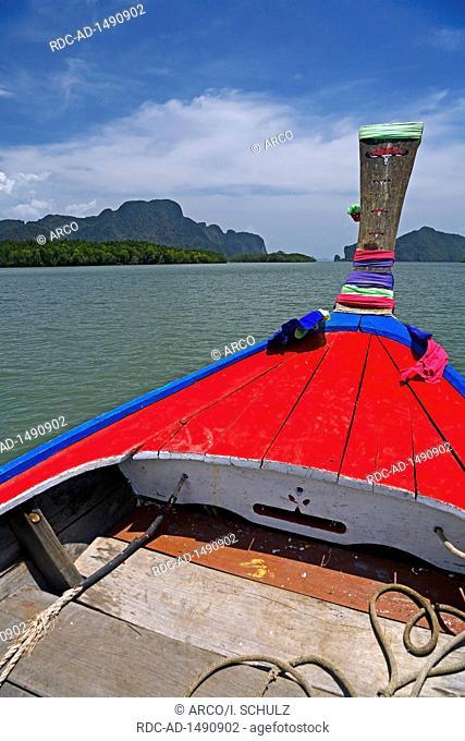 Longtailboot unterwegs in Bucht von Phang Nga, Thailand