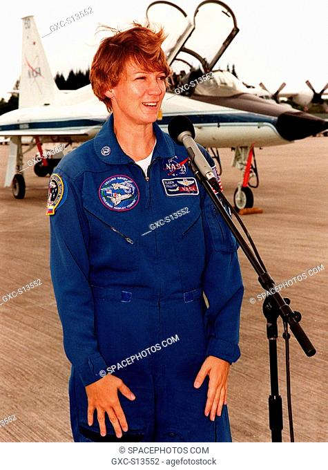 06/21/1999 --- STS-93 Commander Eileen M. Collins talks to the media after arriving at KSC's Shuttle Landing Facility to participate in Terminal Countdown...
