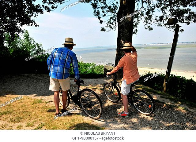 TOURISTS ON BIKES ADMIRING THE PANoRAMA OF THE BAY OF SOMME FROM A BELVEDERE, SAINT-VALERY-SUR-SOMME, SOMME 80, FRANCE