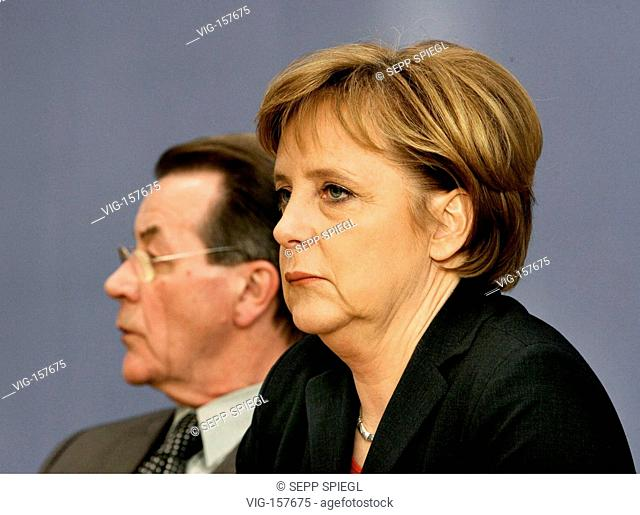 Angela MERKEL ( CDU ), federal chancellor, and Franz MUENTEFERING ( SPD ), federal minister for labour and social affairs and vice chancellor
