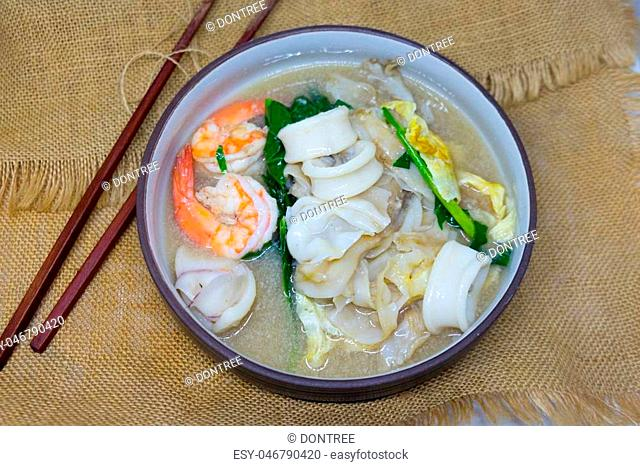 "Wide noodles in a creamy gravy sauce : Chinese and Thai style food. in Thai language call is """"Rad Na"""""""""""