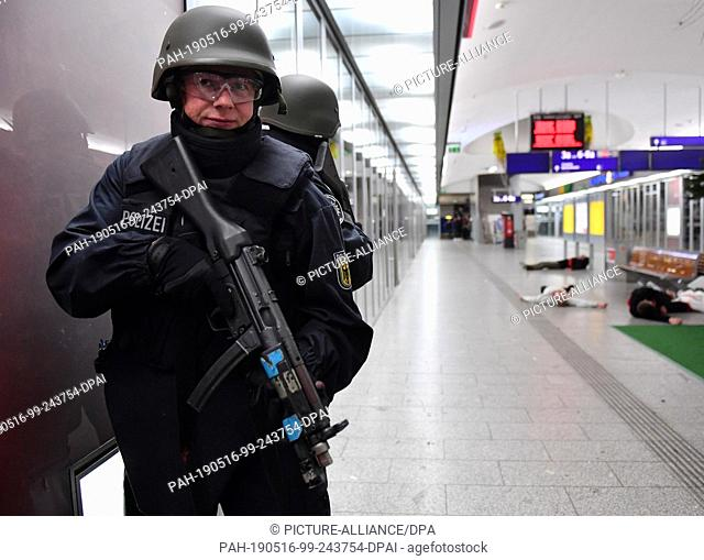 14 May 2019, Thuringia, Erfurt: Police officers train during an anti-terror exercise of the federal police in the main station