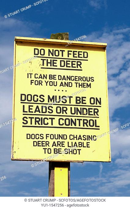 Do not feed the deer sign advising visitors to keep dogs on a lead or under strict control, Bradgate Country Park, Charnwood Forest, Leicestershire, UK