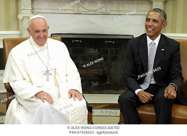 (L-R) Pope Francis and U.S. President Barack Obama talk in the Oval Office during the arrival ceremony at the White House on September 23, 2015 in Washington