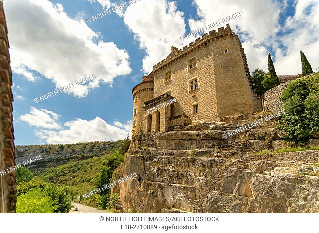 EU, France, Languedoc-Roussillon-Midi-Pyrénées, Cabrarets. Fortified home on cliff overlooking Le Cele River valley