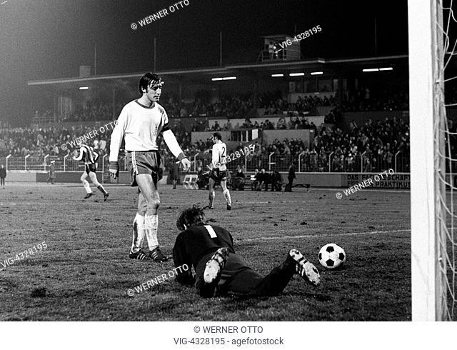Fussball, Bundesliga, Saison 1971/1972, Rot-Weiss Oberhausen gegen 1. FC Kaiserslautern 2:5, Niederrheinstadion Oberhausen, Spielszene, Torszene