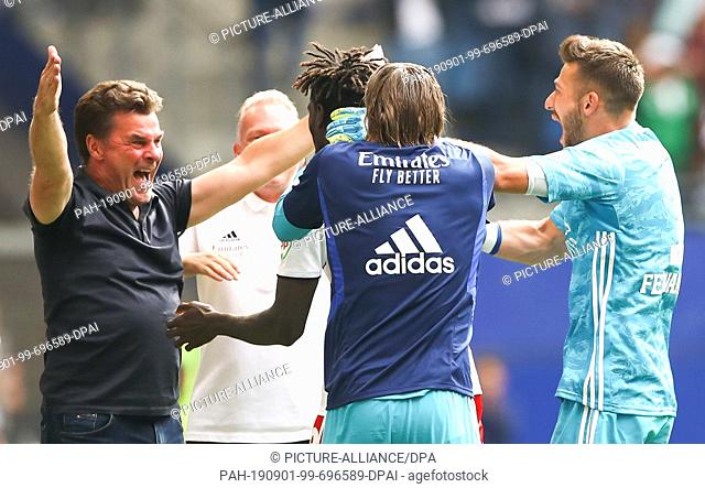 01 September 2019, Hamburg: Soccer: 2nd Bundesliga, 5th matchday, Hamburger SV - Hannover 96 in the Volksparkstadion. Hamburg coach Dieter Hecking (l) is happy...