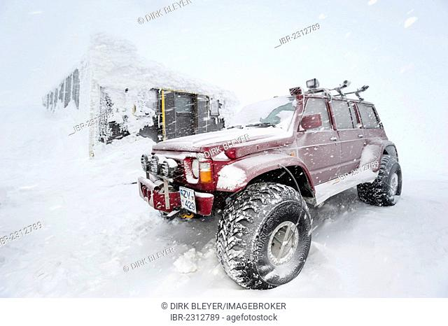Super Jeeps in front of the snow-covered and frozen Grímsvoetn Hut, Icelandic Highlands, Iceland, Europe