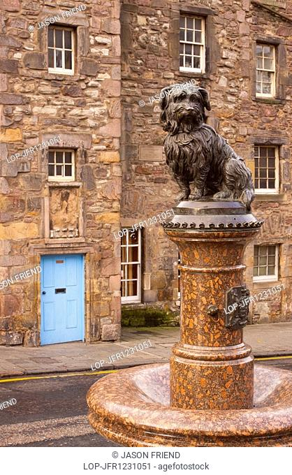 Statue of Greyfriars Bobby, the famous loyal Skye Terrier who lay on the grave of his master John Gray for 14 years after his death in 1858 - Only leaving his...
