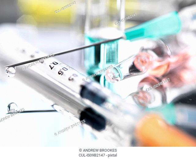 Ampoule and medical drug-filled syringe