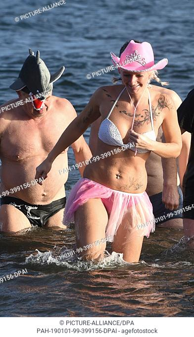 "01 January 2019, Mecklenburg-Western Pomerania, Stralsund: The 2019 ice bathing season for the Stralsund """"walruses"""" begins with the New Year's swim in..."