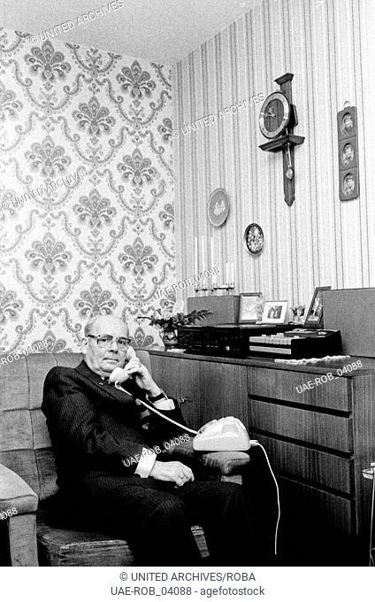 Der Geldbriefträger Walter Spahrbier am Telefon in seiner Wohnung in Hamburg, 1979