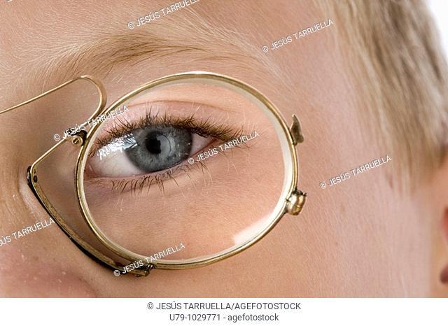 Detalle de Niño con gafas antiguas